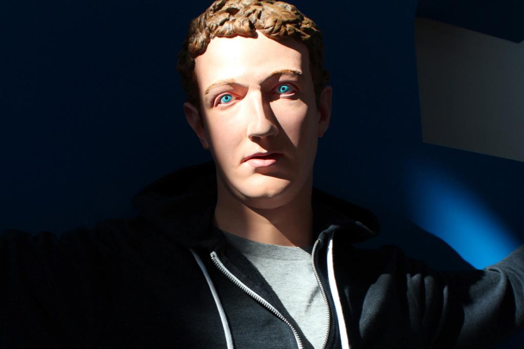 Rzeźba przedstawiająca twarz młodego mężczyzny