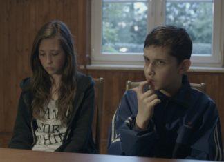 Dwoje dzieci przy stole