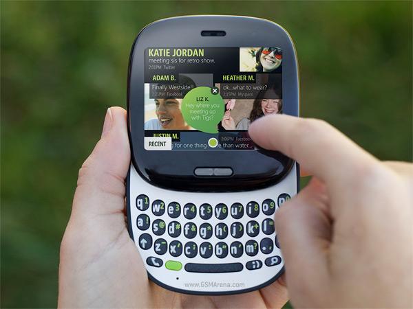 Dłonie trzymające telefon