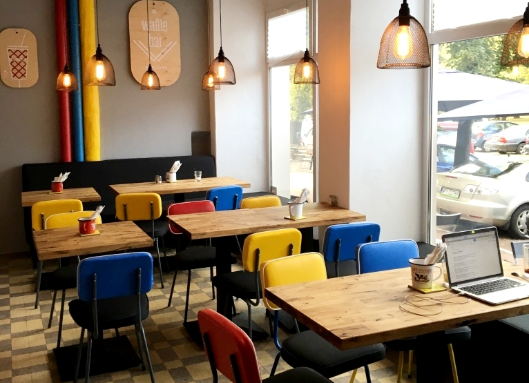 Wnętrze knajpy, kolorowe krzesła