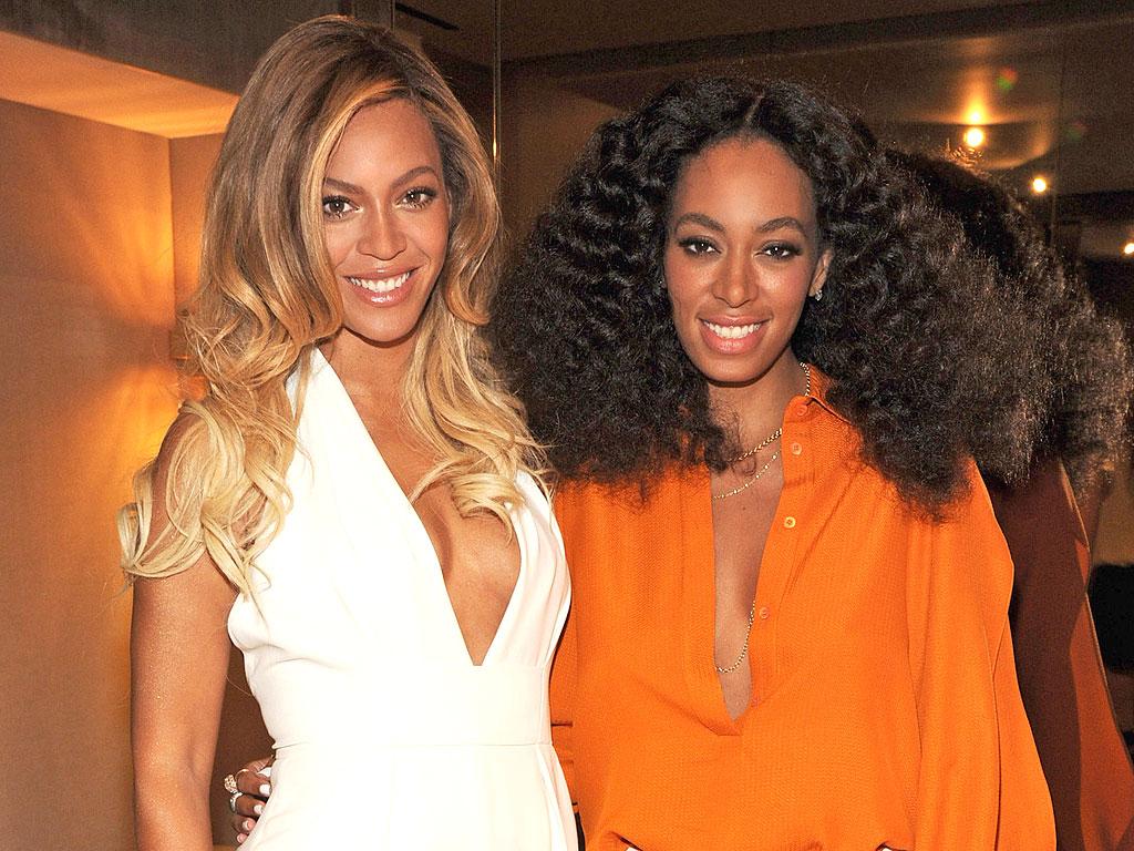 Dwie kobiety w sukienkach, jedna w białej, druga w pomarańczowej