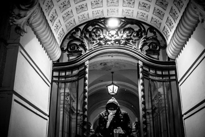 Chłopak w bramie w starej kamienicy