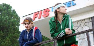 Dwie młode dziewczyny w strojach sportowych