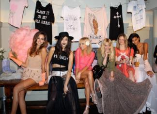 Dziewczyny siedzą na tle bluzek na wieszakach