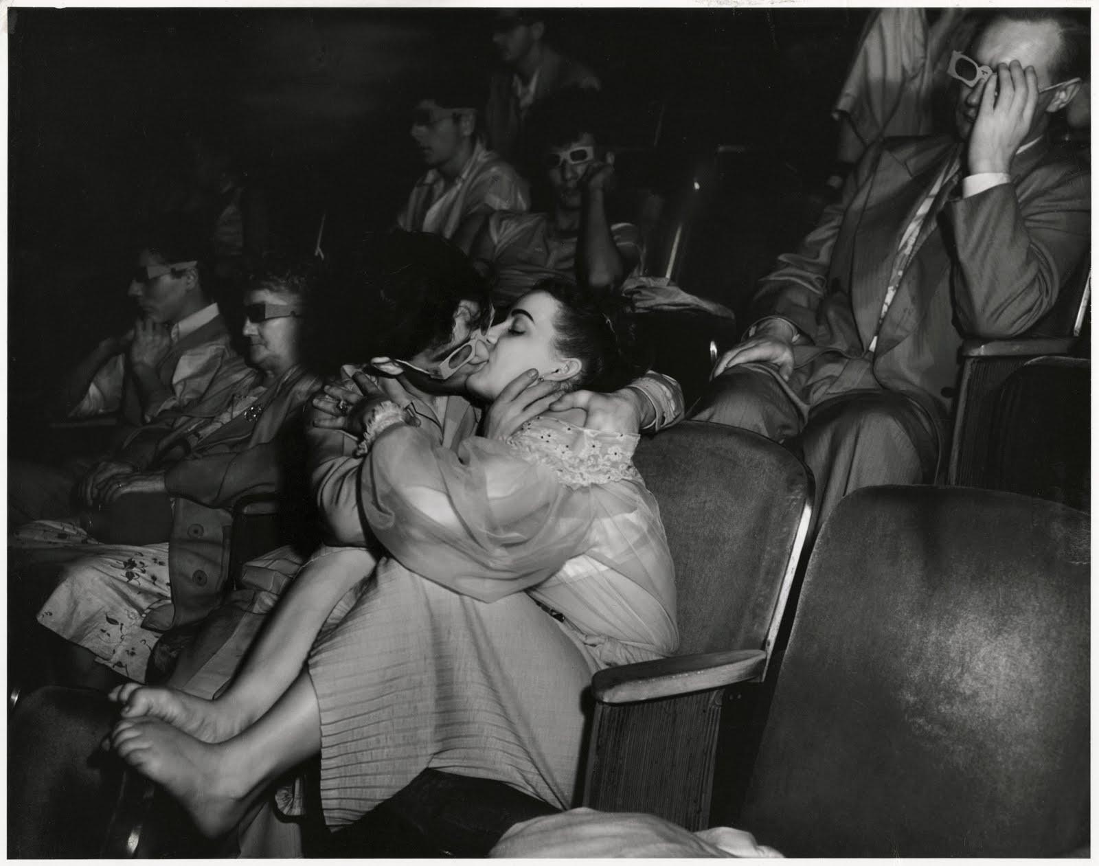 całująca się para w kinie