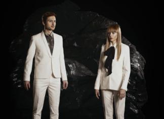 Kobieta i mężczyzna ubrani w białe garnitury
