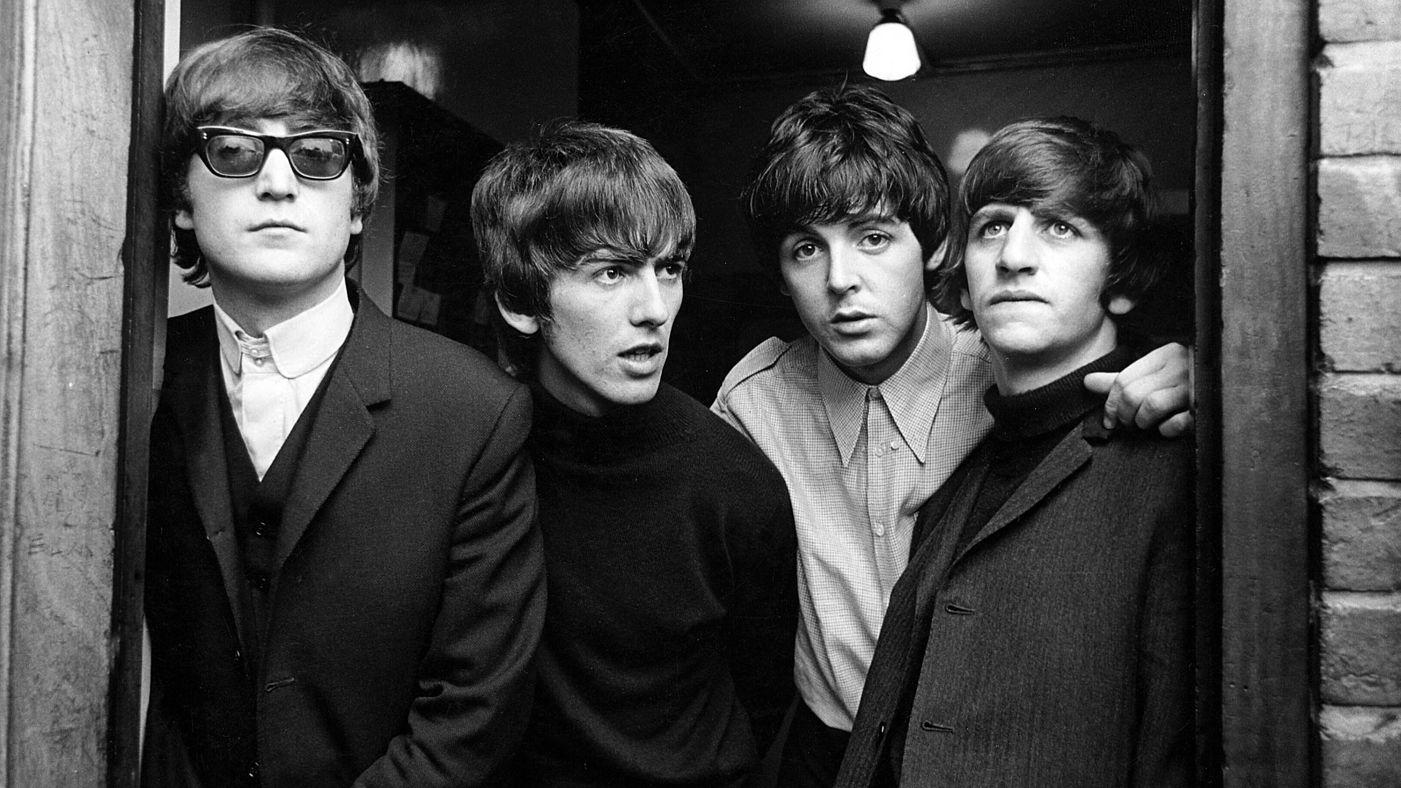 Czarno-białe zdjęcie czterech facetów