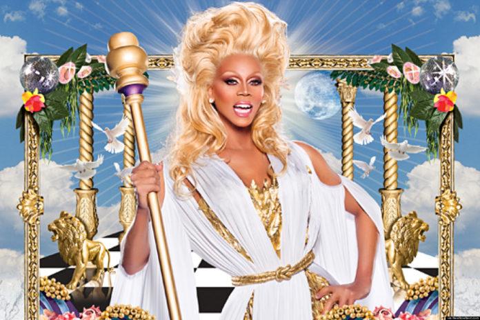 Drag Queen ze złotym berłem w białym szlafroku