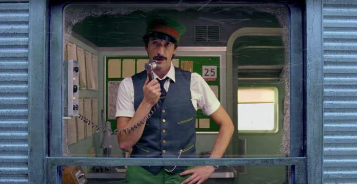 Mężczyzna ubrany w mundur konduktora w pociągu