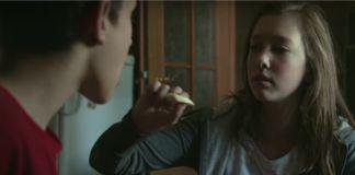 Dziewczynka karmi chłopca