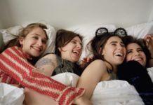 Trzy dziewczyny w piżamach w łóżku