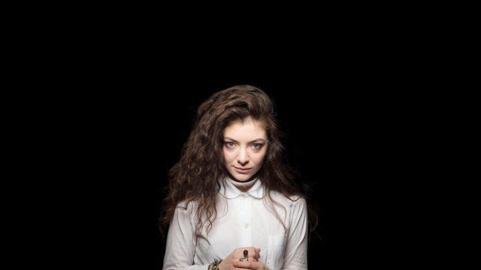 Dziewczyna w białej bluzce na czarnym tle