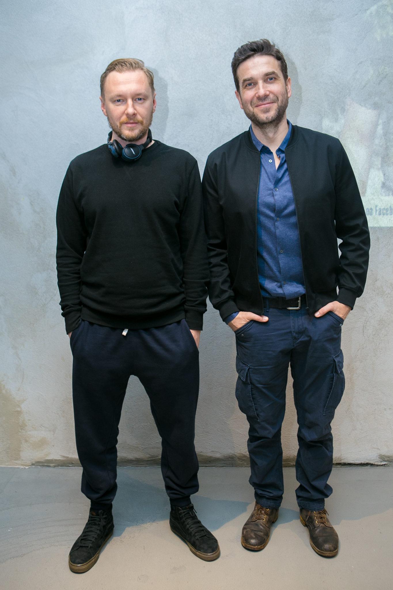 Redaktor naczelny HIRO Krzysztof Grabań i Marcin Dorociński na tle ściany