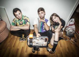 Trójka ludzi siedzi na podłodze