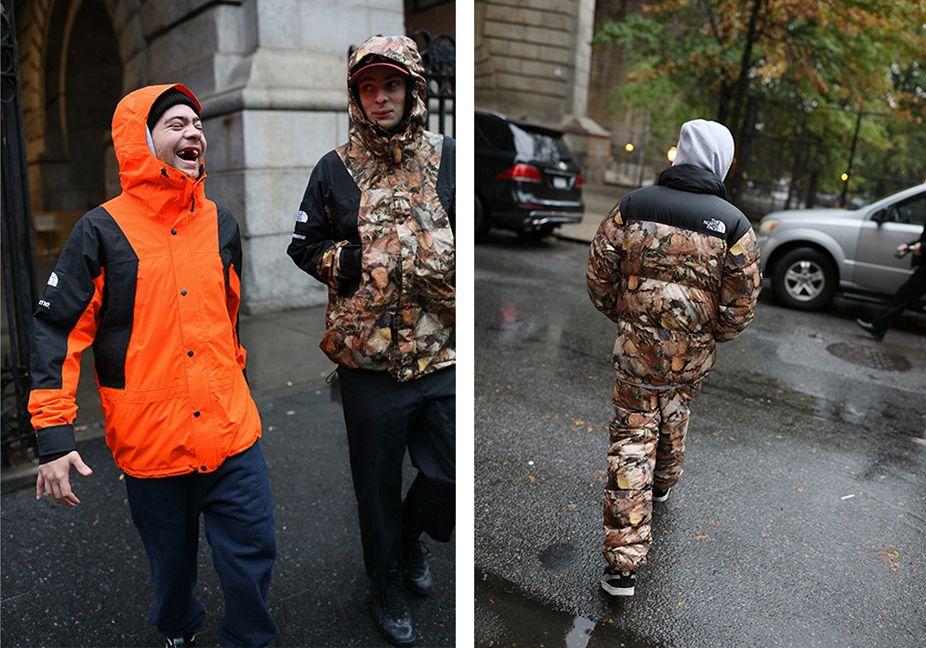 Dwóch mężczyzn stojących na środku ulicy w kurtkach przeciwdeszczowych