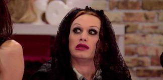 Zdziwiony drag queen ubrany na czarno