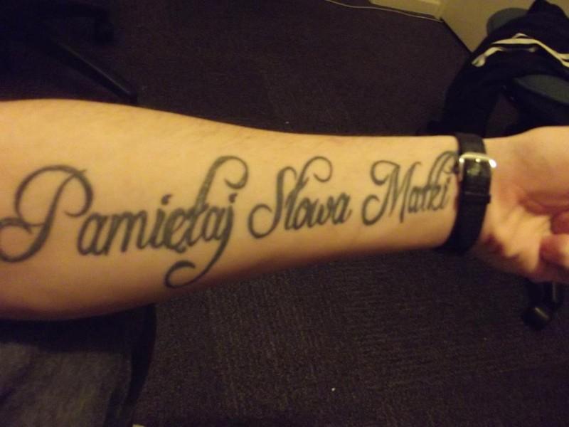 Tatuaż z napisem: Pamiętaj Słowa Matki