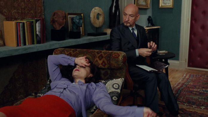 Kobieta leżąca na kozetce u psychologa