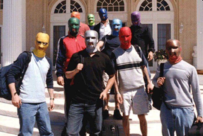 Grupa mężczyzn ubrana w maski zakrywające całą twarz