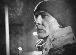 Mężczyzna w czapce stojący na środku ulicy