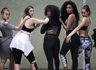 Kobiety ubrane w sportowe ciuchy stoją tyłem