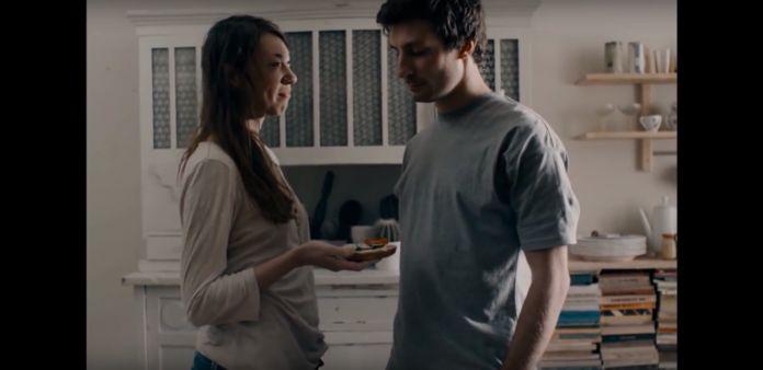 Mężczyzna i kobieta stoją w kuchni