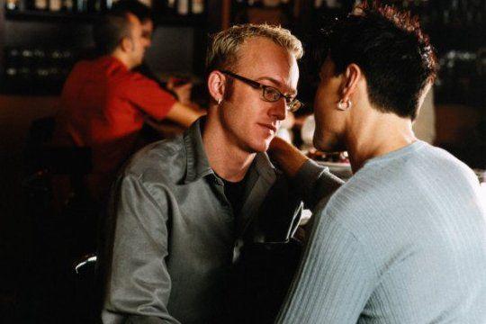 Dwóch mężczyzn siedzących przy barze