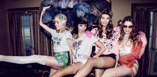 Cztery dziewczyny pozujące w strojach karnawałowych