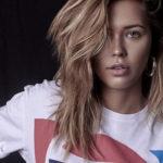 Dziewczyna w rozpuszczonych włosach w koszulce z napisem Pepsi