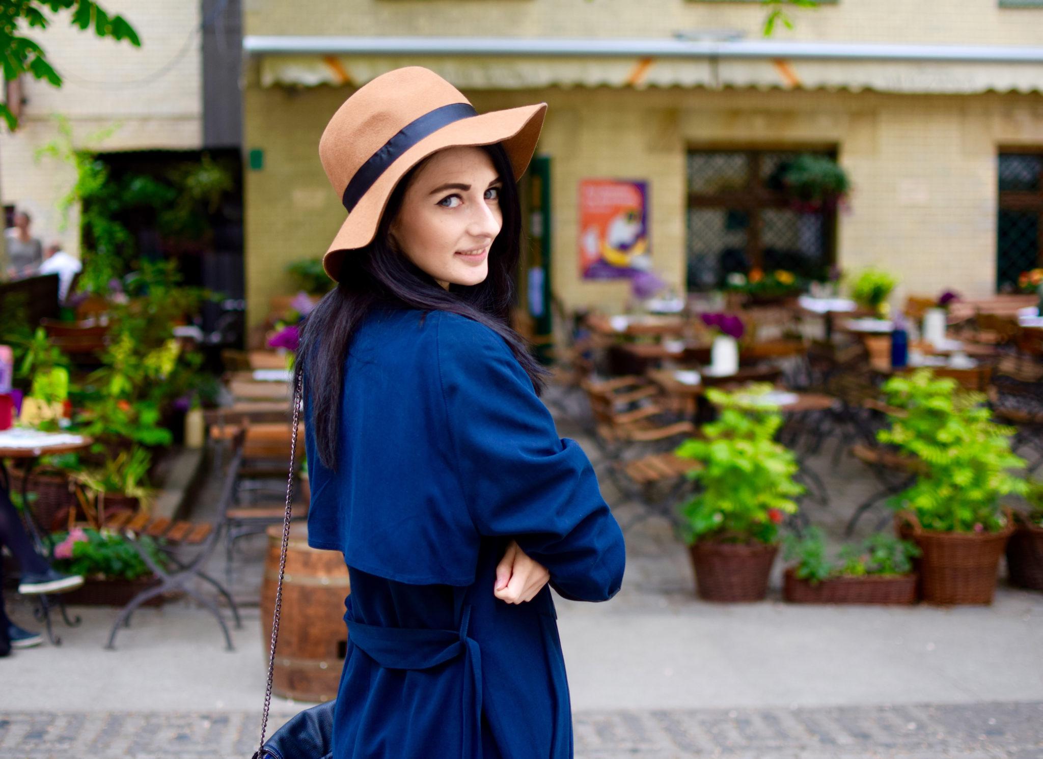 Dziewczyna w niebieskiej sukinece i słomkowym kapeluszu
