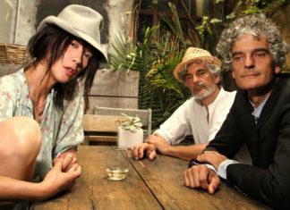 Dwóch mężczyzn i kobieta siedzący przy stole