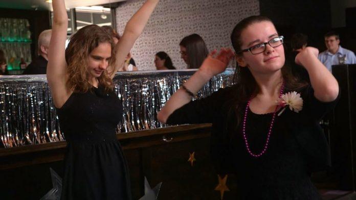 Dwie tańczące dziewczyny ubrane na czarno