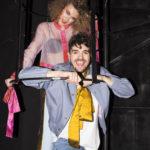 Kobieta i mężczyzna ubrani w stylu retro stojący wewnątrz metalowej konstrukcji