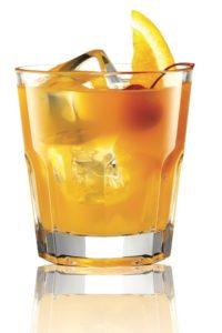 Pomarańczowy drink z lodem i cząstką pomarańczy