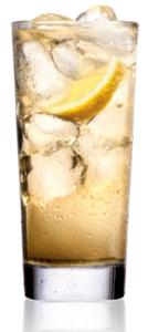 Drink w szklance z lodem i cytryną