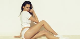 Dziewczyna w białych majtkach i koszulce siedząca na podłodze