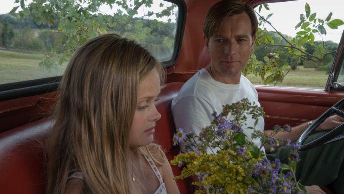 Dziewczyna siedząca z mężczyzna w samochodzie