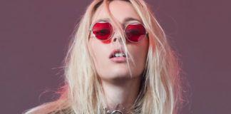 Dziewczyna w różowych okularach z lekko otwartymi ustami