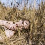 Dziewczyna leżąca w zbożu