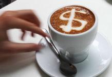 Kawa w filiżance ze znakiem dolara