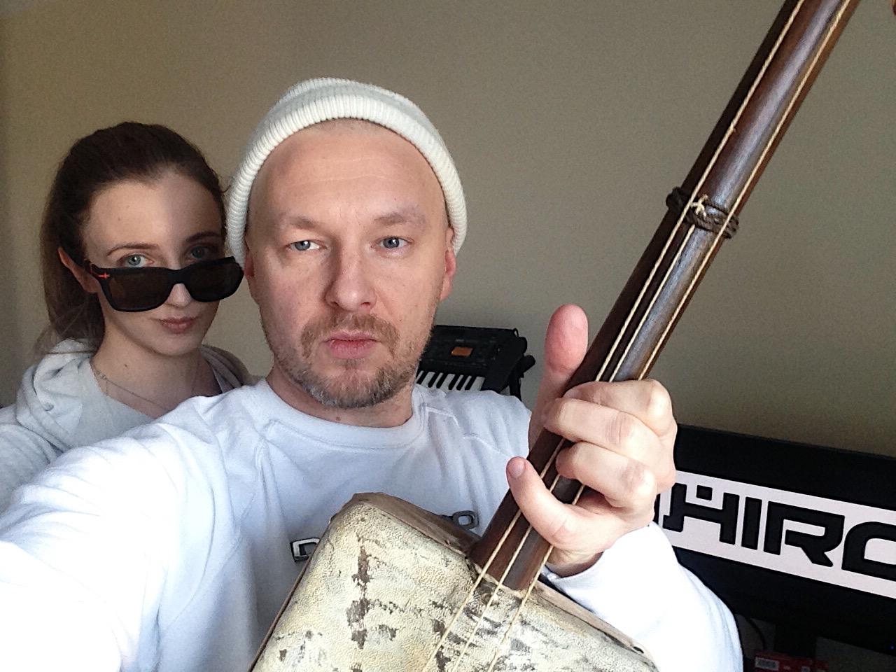 dwie osoby z instrumentem gimbri hajhouj