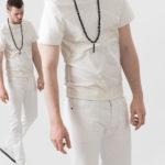Dwa ujęcia mężczyzny ubranego w białe spodnie i biały tshirt z czarnym długim naszyjnikiem