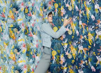Kobieta stojąca w połowie za kolorową zasłoną