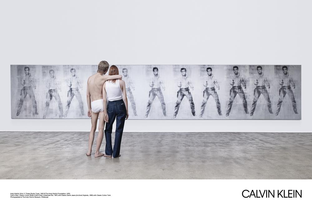 Mężczyzna w samej bieliźnie i kobieta w spodniach i koszulce, stojący tyłem