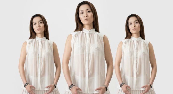 Trzy kobiety ubrane w białe sukienki