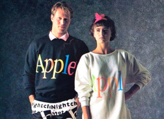 Dwoje ludzi, kobieta i mężczyzna, ubrani w luźne bluzy z napisem Apple
