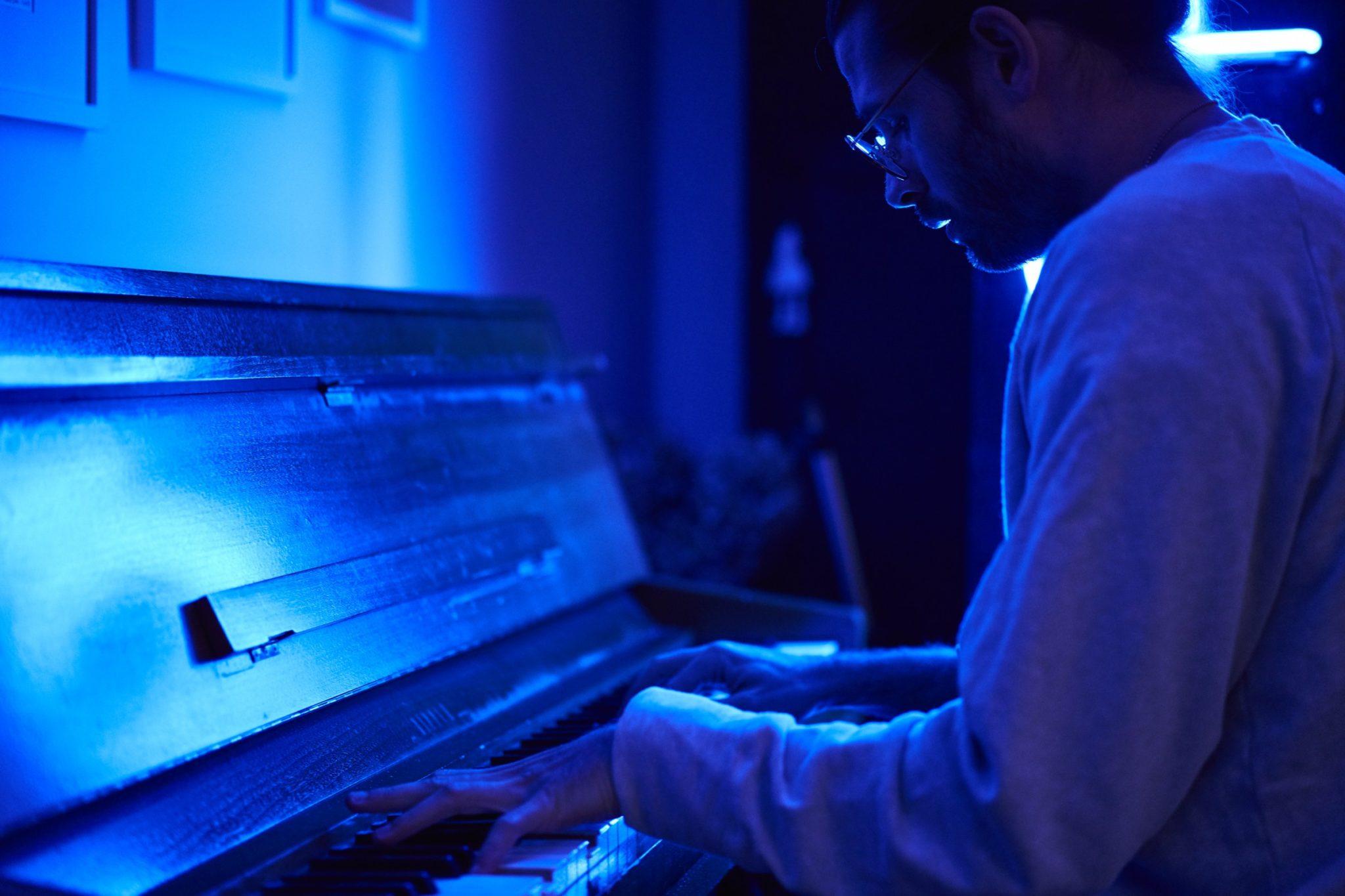 Mężczyzna grający na fortepianie