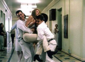 Dziewczyna wyrywająca się pracownikom szpitala psychiatrycznego
