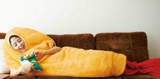 Dziewczyna leżąca na kanapie w przebraniu krewetki