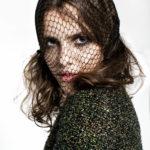 Dziewczyna ubrana w ciemny sweter z woalką na twarzy